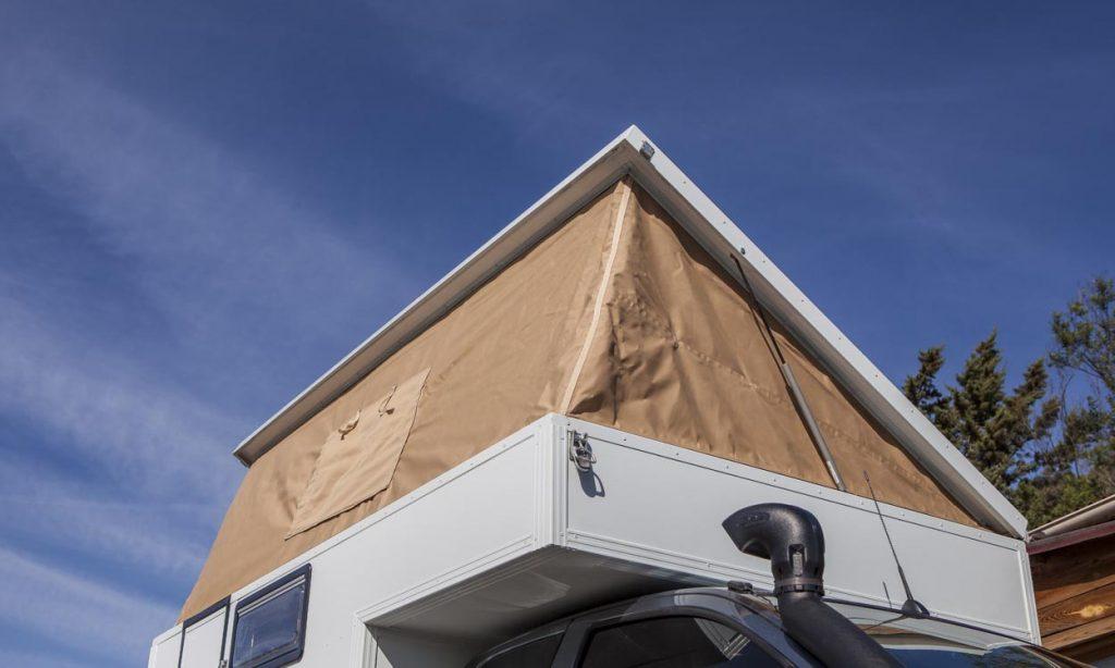 Le toit de la cellule Globe Camper se déplie
