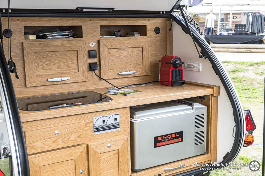 La cuisine de la Tip Top Freerider comporte tout le confort nécessaire pour la préparation des repas : évier, plaque de cuisson, frigo, prises 12 V 220 V, éclairage.