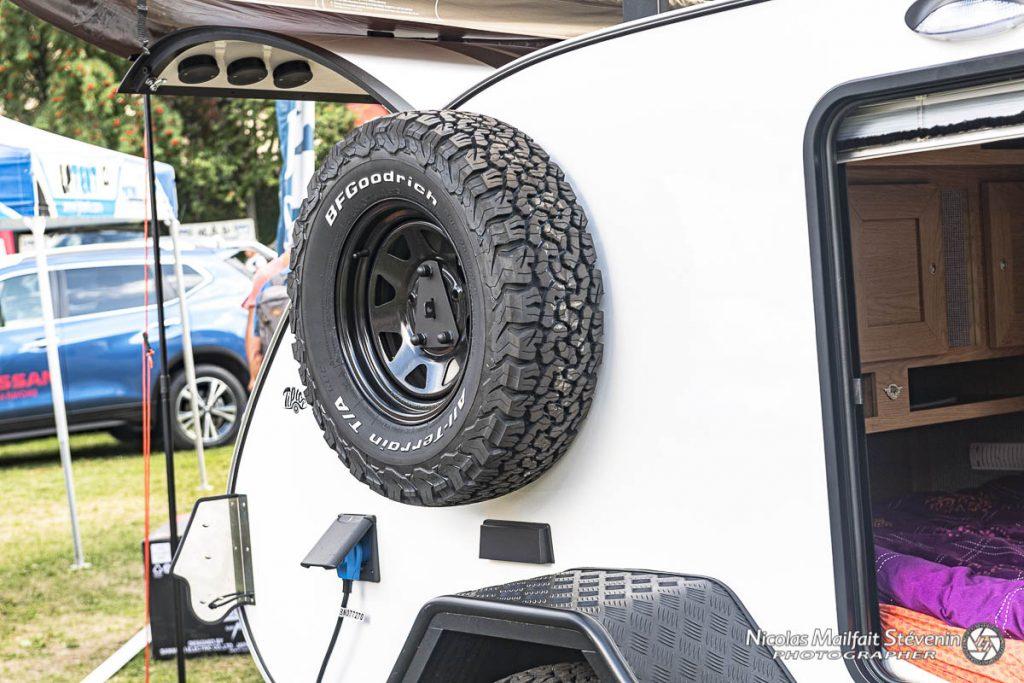 La roue de secours est positionnée sur le côté, on voit aussi la prise 220 V pour alimenter la caravane.