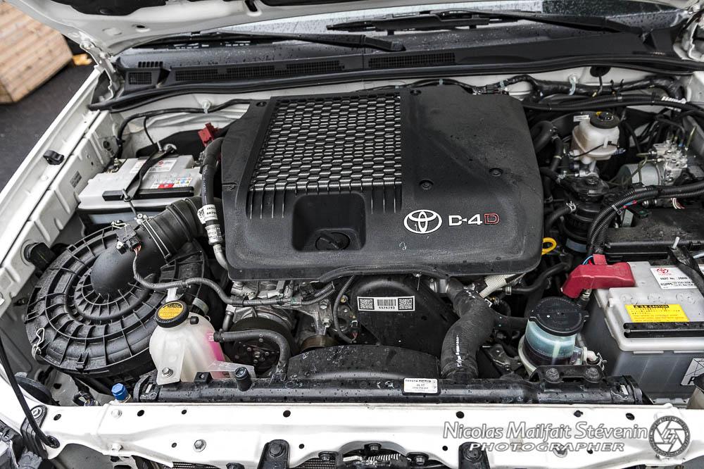 Sur ce Toyota, on voit bien en haut à gauche et en bas à droite les deux batteries : celle de démarrage et celle auxiliaire ou de servitude
