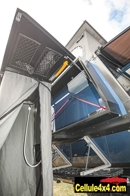 la cabine de douche se trouve dans le grand coffre à l'arrière