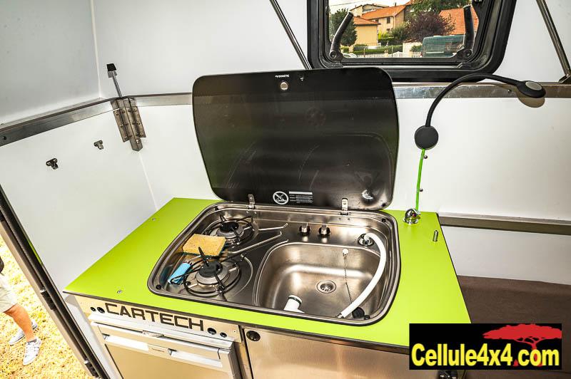 Le bloc cuisine avec double feux à gaz, frigo et évier + douchette