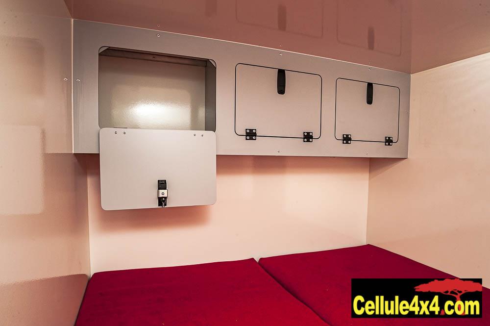 Des placards au dessus du lit