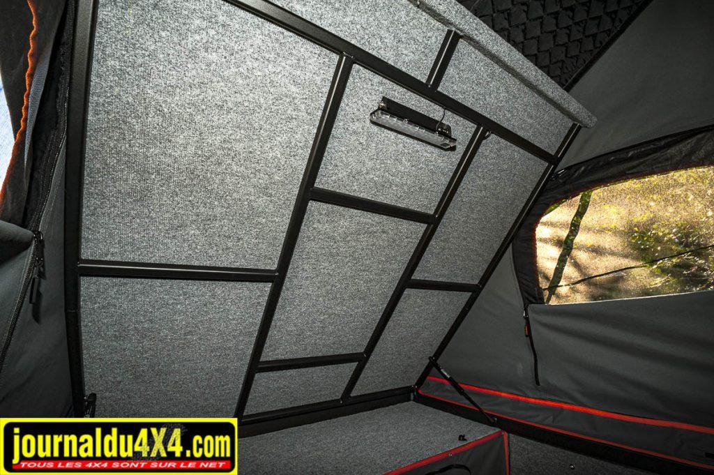 Le lit en position haute afin de garder de l'espace dans la cellule en journée. On voit aussi une barre LED