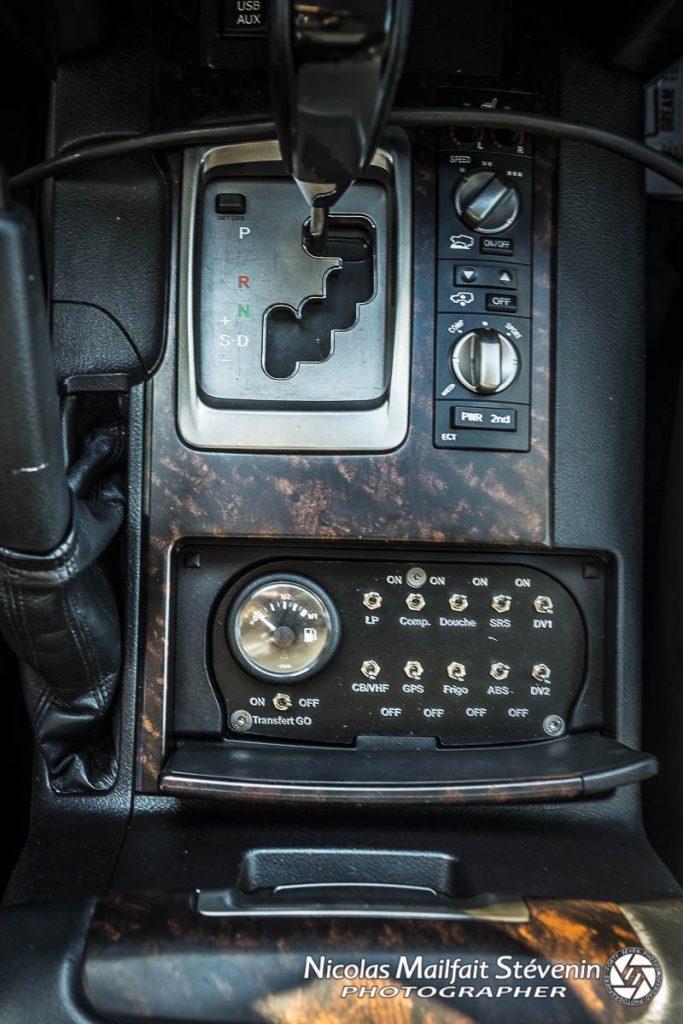 Les commandes des principales fonctions ont été ajoutée dans la cabine, transfert de gasoil entre le réservoir additionnel et le réservoir principal, interrupteur de compresseur, des feux, etc