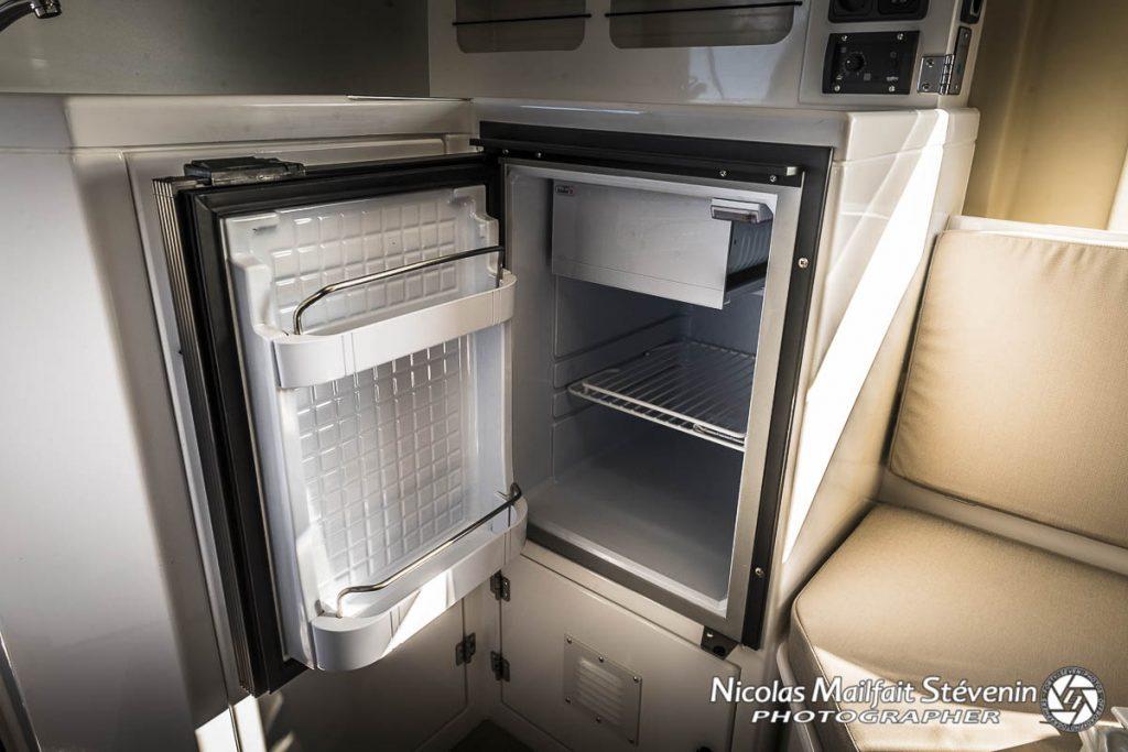 Un frigo façon table top pour garder nourriture et boissons au frais dans la cellule
